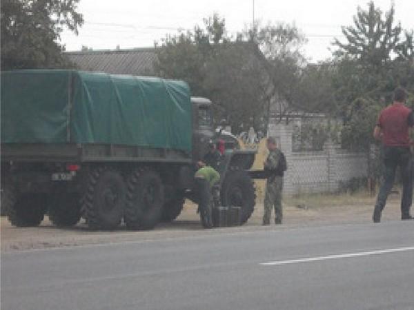 Слив топлива с военного автомобиля