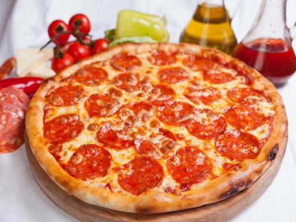 рецепт домашней пиццы с колбасой и сыром